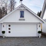 Ko Vinduer Bryter Opp Garasje Fasaden På En Spennende Og Elegant Måte