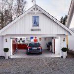 Bred garasjeport inn til en praktisk innredet garasje