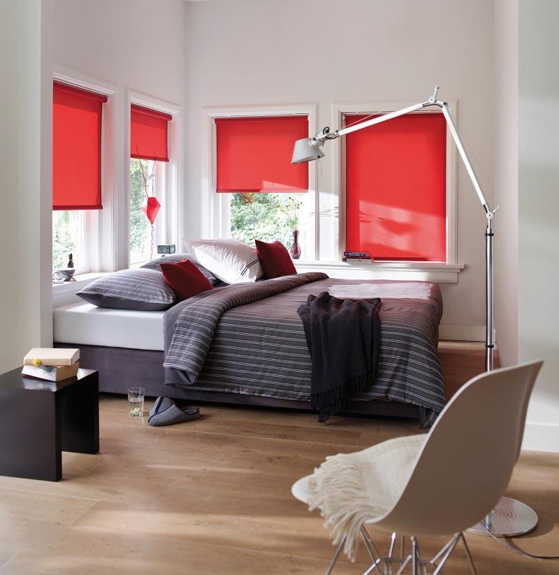 Røde rullegardiner på soverommet