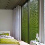 Stilig eksempel på persienner som matcher sengetøyet