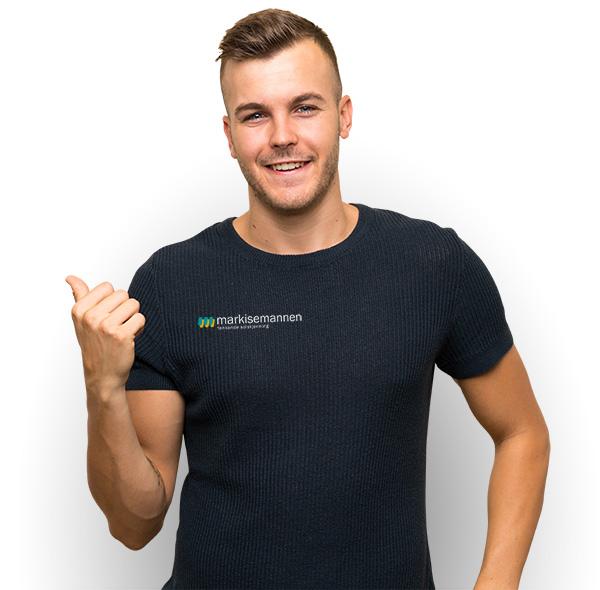 Smilende ung mann med svart t-skjorte med Markisemannens logo.